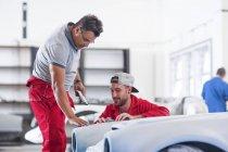 Механика восстановления старинных автомобилей — стоковое фото