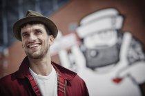 Allemagne, Hambourg, St. Pauli, homme ayant qualité pour agir devant les graffitis chapeau — Photo de stock