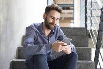 Homem olhando para o telefone celular — Fotografia de Stock