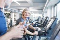 Anziani in forma su tapis roulant — Foto stock