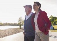 Старший мужчина веселится со взрослой дочерью — стоковое фото