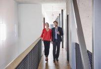Uomo d'affari e donna di affari che cammina in ufficio — Foto stock