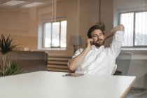Freelancer talking on phone — Stock Photo