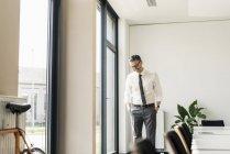 Empresário em pé na sala de conferências — Fotografia de Stock