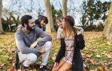 Familia sentados juntos en el Parque otoño - foto de stock