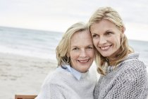 Mother and daughter embracing on beach — Stock Photo