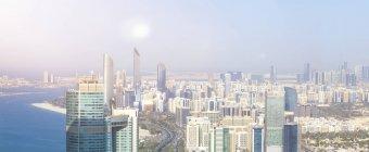 ОАЕ, skyline Абу-Дабі на набережній — стокове фото
