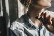 Donna tenendo ciondolo di collana — Foto stock