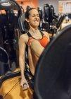 Frau trainieren Sie im Fitness-Studio — Stockfoto