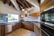 Vista interior do built-in cozinha de uma casa unifamiliar — Fotografia de Stock