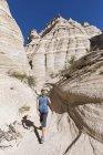 США, Нью-Мексико, Плато Паджарито, округ Сандовал, Национальный памятник палаточных скал Каша-Катуве, турист в долине пустыни с причудливыми скалами — стоковое фото
