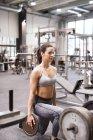 Sollevamento pesi donna in palestra — Foto stock