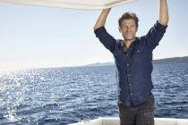 Человек на моторной яхты — стоковое фото