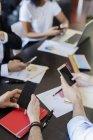 Ділових людей, що використовують мобільні телефони — стокове фото
