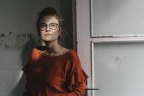 Femme avec des lunettes de soleil — Photo de stock