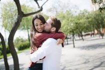 Paar küssen und umarmen — Stockfoto