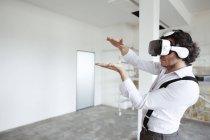 Архітектор, використовуючи віртуальну реальність окуляри — стокове фото