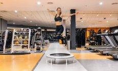 Жінка стрибки в тренажерний зал — стокове фото