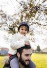 Menina nos ombros de seu pai — Fotografia de Stock
