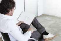 Architecte croquis assis sur chaise — Photo de stock