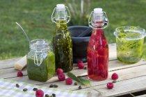 Гойдалки Топ пляшки нарізану черемша в оливковій олії — стокове фото