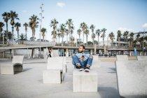Espagne, Barcelone. Jeune voyageur assis détendue, profiter de la ville. — Photo de stock