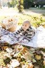 Портрет хлопчика, лежачи на ковдр в парку — стокове фото