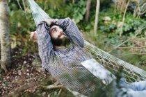 Homme allongé détendu sur hamac — Photo de stock