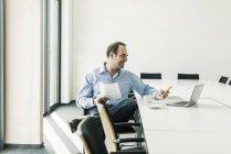Retrato de empresário maduro usando telefone — Fotografia de Stock
