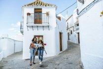 Jóvenes viajeros mujer mirando un mapa en la ciudad de - foto de stock
