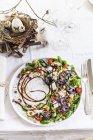 Desserte sur le thème de Pâques d'assiette de salade — Photo de stock