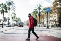 Барселона, Испания. Портрет молодой черный парень в повседневной одежды, наслаждаясь хорошей погодой и города. — стоковое фото