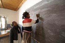 Jalá, Chica en Fianarantsoa escuela primaria calculando en pizarra - foto de stock