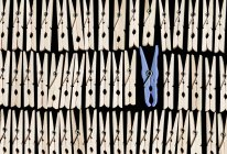 Cheville de vêtements bleu entre chevilles de vêtements en bois — Photo de stock
