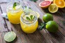 Крупним планом подання нарізаний цитрусових з соком — стокове фото