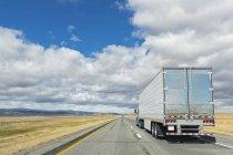 EUA, caminhão de Wyoming, no Condado de Albany, na interestadual 80 — Fotografia de Stock