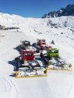 Снегоходы на лыжной трассе — стоковое фото