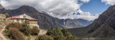Vista da casa de campo na colina durante o dia, himalaia — Fotografia de Stock