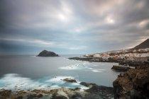 Vue de côte rocheuse, contre l'eau pendant la journée — Photo de stock