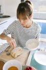 Femme préparation gâteau végétalien — Photo de stock