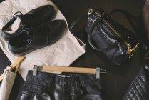 Roupas de couro preto no fundo escuro — Fotografia de Stock