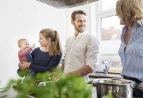 Счастливая кавказская семья приготовления пищи на кухне — стоковое фото