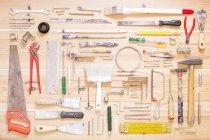 Различные инструменты организованы на деревянные поверхности — стоковое фото