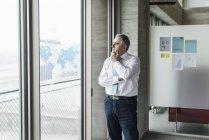 Portrait d'homme d'affaires senior près fenêtre — Photo de stock