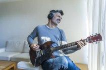 Ritratto di uomo maturo che suona la chitarra — Foto stock
