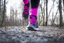 Primo piano di corsa gambe donna con corridori — Foto stock