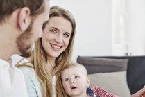 Mère souriante avec père et fille à la maison — Photo de stock