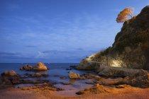 Littoral avec falaise au crépuscule, Espagne, Catalogne, Lloret de Mar, Costa Brava — Photo de stock
