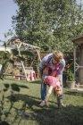 Vater mit glücklichen Tochter im Garten spielen — Stockfoto