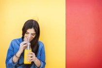 Mujer bebiendo jugo de naranja - foto de stock
